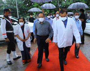Dr. Harsh Vardhan inspects Oxygen Plant and New COVID Wards under construction in Safdarjung Hospital