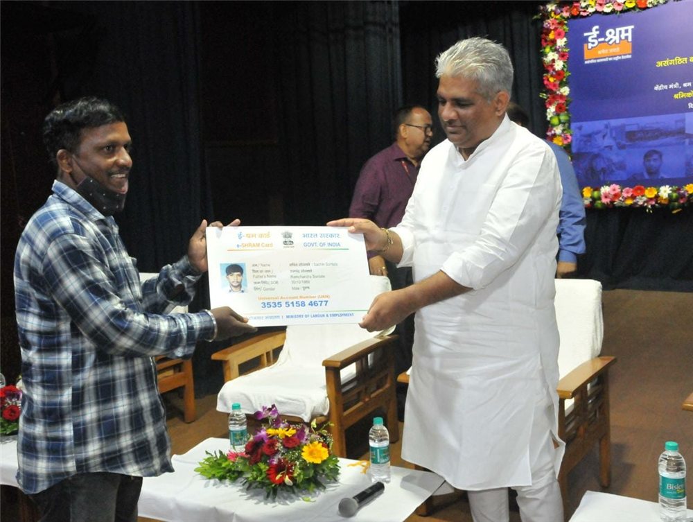 Labour Minister Shri Bhupender Yadav distributes e-Shram Cards and approval letters for Relief Schemes to unorganized workers in Mumbai