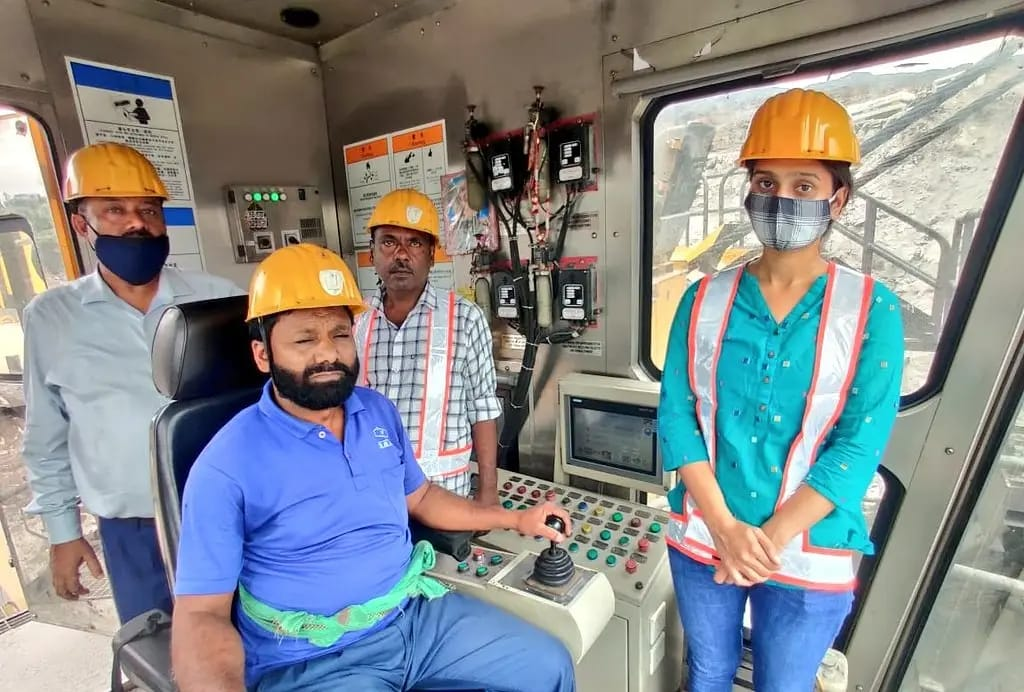 Shri Prahlad Joshi congratulate Shivani Meena for Joining Rajrappa Project of CCL as Excavation Engineer